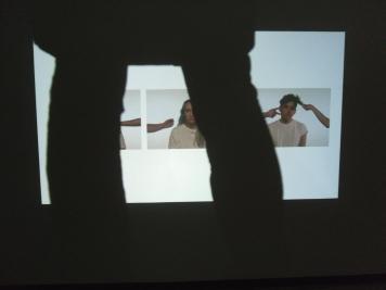 Seison Antonio Giacchettin teoksen edessä, koska teoskuvia näyttelystä ei saa julkaista.